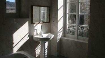 salle de bain vue sur la calade et la colline