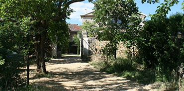 Entrée Domaine au loin la Maison