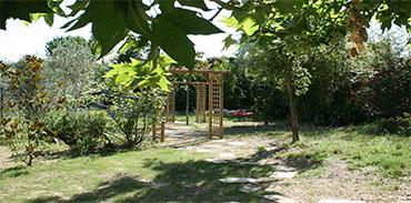Jardin - derrière les portiques la piscine