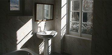 salle de bains - vue sur la calade et la colline