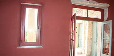 Salon vue sur la porte d'entrée