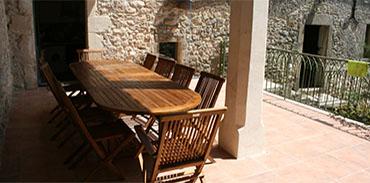 Terrasse Table et vue sur l'entrée de a cuisine